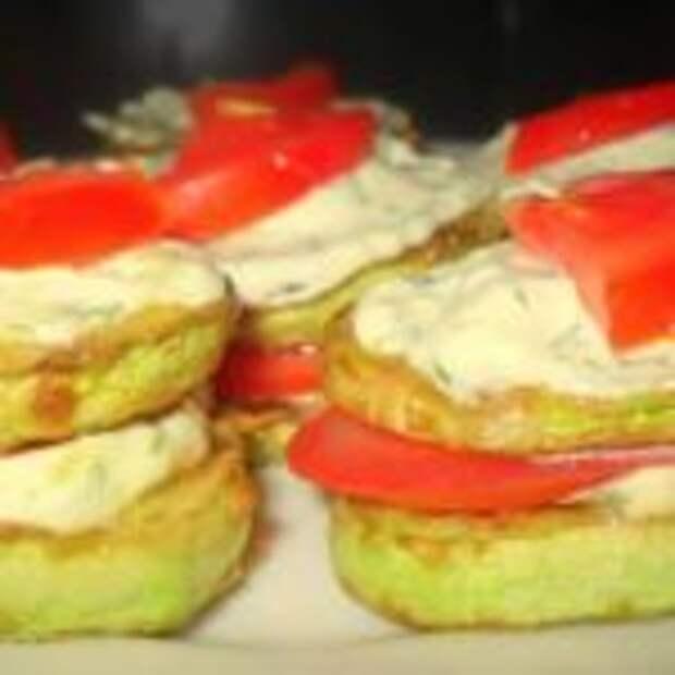 Кабачки жареные с чесноком, помидорами и сметаной.