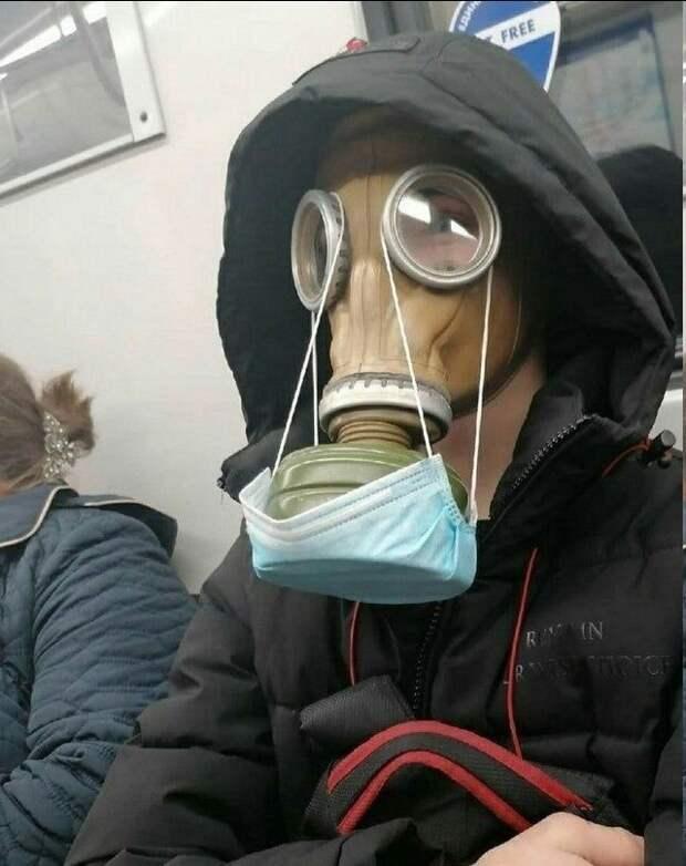 Кто-то настолько боится коронавируса, что защищает даже противогаз