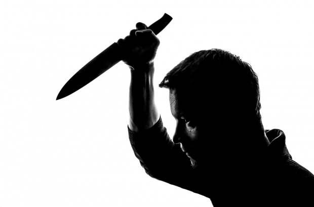 В Керчи полицейский, проезжая мимо магазина,  задержал грабителя с ножом
