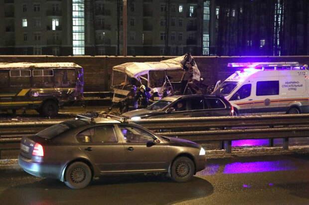 Стало известно, кто был за рулём грузовика, протаранившего колонну военных автобусов