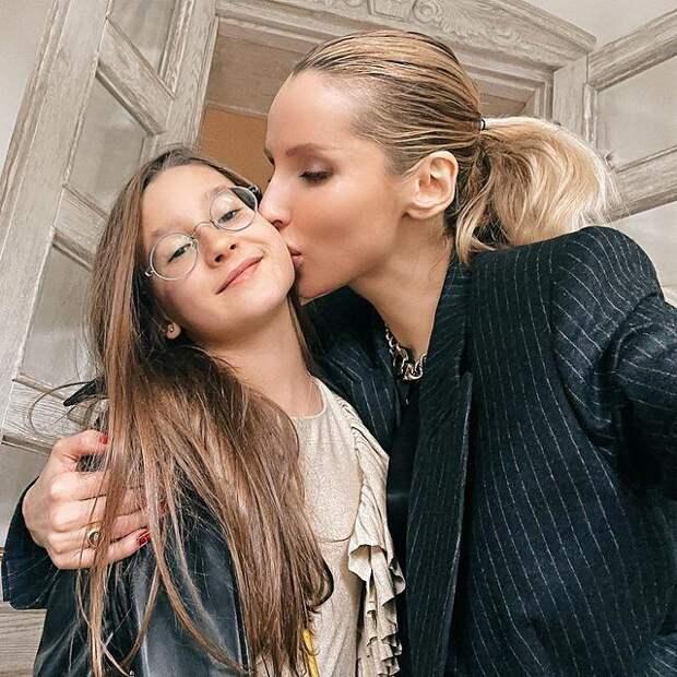 Щечки-яблочки! Светлана Лобода показала редкое фото с младшей дочерью