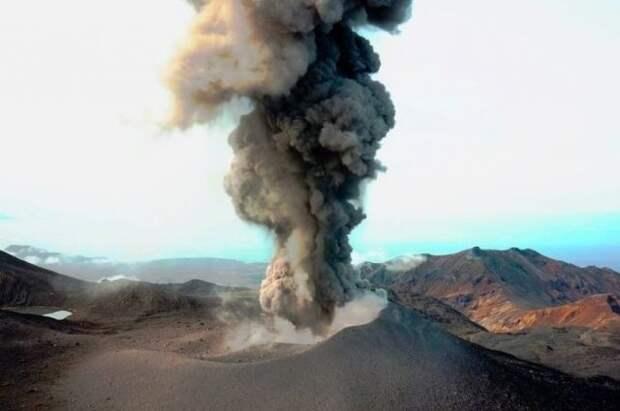 В Сахалинской области вулкан Эбеко выбросил столб пепла на высоту 2 км