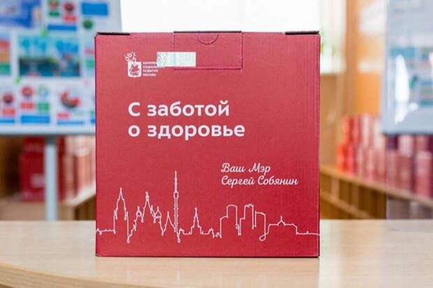Вакцинированным москвичам старше 65 лет подарят «коробку здоровья»