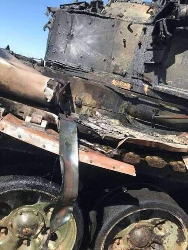 В сети появились снимки танка Т-90 после попадания ПТУР на учениях под Астраханью (1 фото + 1 тянучка)