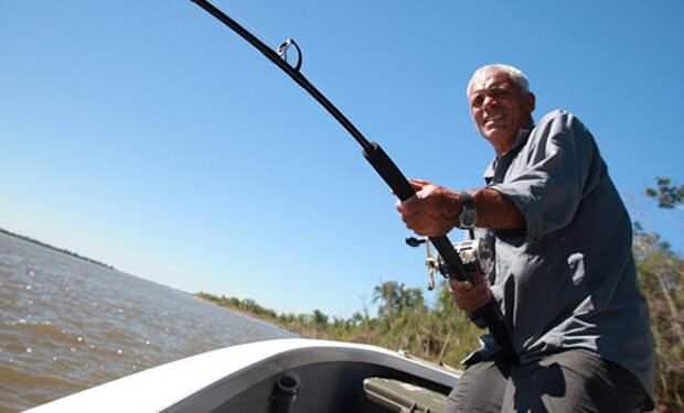 Рыбак в африканской реке поймал рыбу, которая может охотиться на крокодилов. Видео