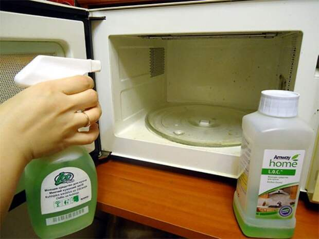 Чистка микроволновой жидкостью для чистки стекол.