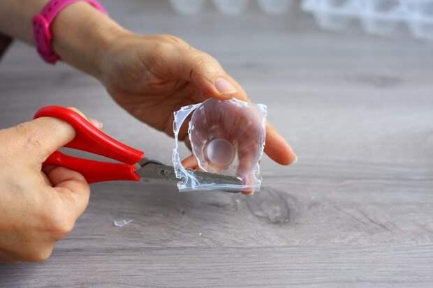 Делаем новогодний венок из пластиковых контейнеров для яиц.