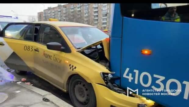 На Нижней Масловке такси въехало в электробус