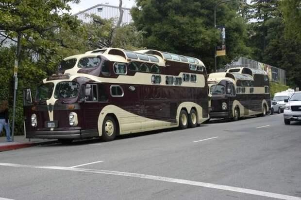 Автобусы Peacemaker I (на заднем плане) и II Peacemaker, авто, автобус, автомобили, дом на колесах, кемпер, транспорт
