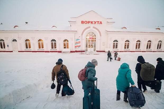 Автомобильной дороги до Воркуты нет, добраться до города можно только поездом или редким и дорогим самолетом. Путь от Кирова, 1,4 тыс. километров, занимает на поезде чуть меньше полутора суток