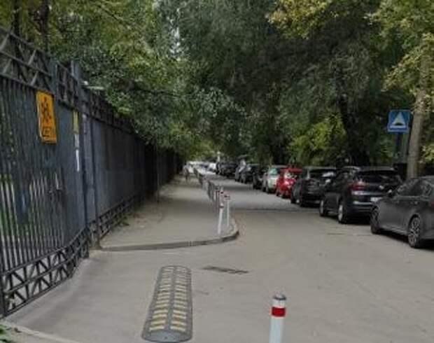 Асфальт у школы на Новочеркасском оттерли от вандальных надписей