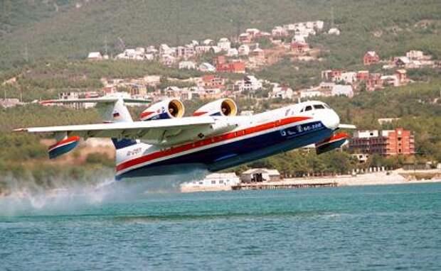 На фото: российский самолет-амфибия БЕ-200