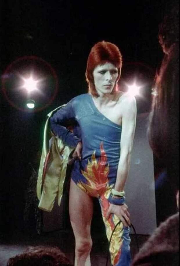 Боуи во время турне 1973 года в образе Зигги Стардаста.