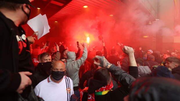 "Фанаты ""МЮ"" протестуют против руководства клуба возле стадиона"