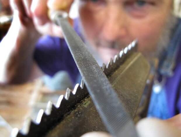 Для работы нужен напильник, тиски и надфиль. /Фото: stroy-podskazka.ru.
