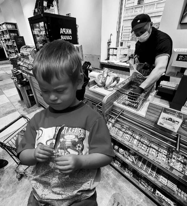 Мальчик протянул продавщице 5 рублей и записку. Прочитав её, она схватилась за сердце и заплакала