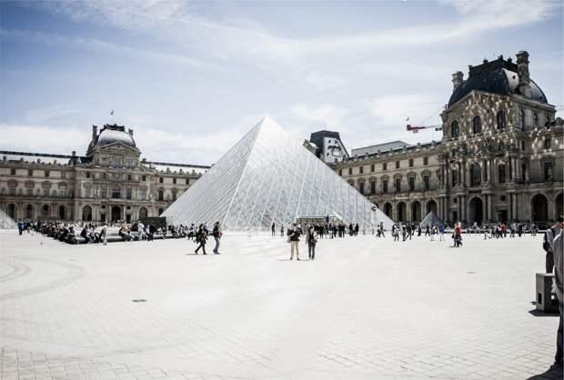 Задохнулись от наплыва посетителей: Лувр закрыли из-за забастовки сотрудников