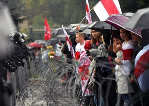 Bloomberg (США): опасаясь распространения протестов, Путин решил поддержать своего белорусского союзника