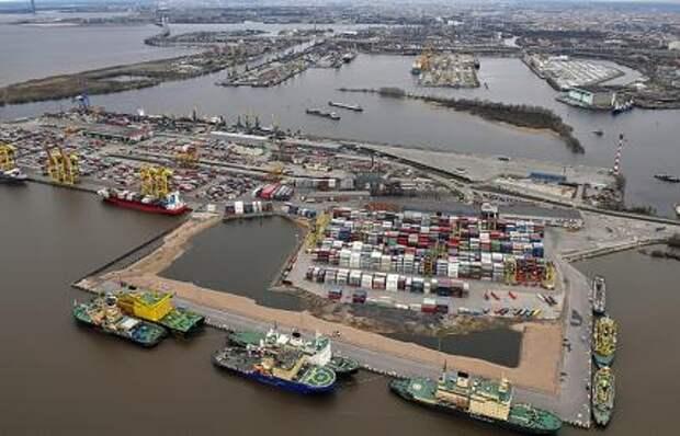 На фото: вид сверху на порт Санкт-Петербург