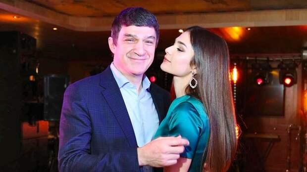 Жена Овечкина трогательно поздравила отца с днем рождения: «Горжусь быть твоей дочерью»
