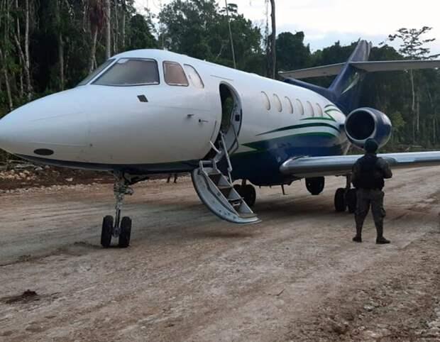 Об удивительном взлете с дороги в джунглях реактивного самолета наркокартеля и двух его двойниках