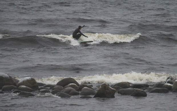 Петербургский сёрфер поймал волну на зимней Ладоге