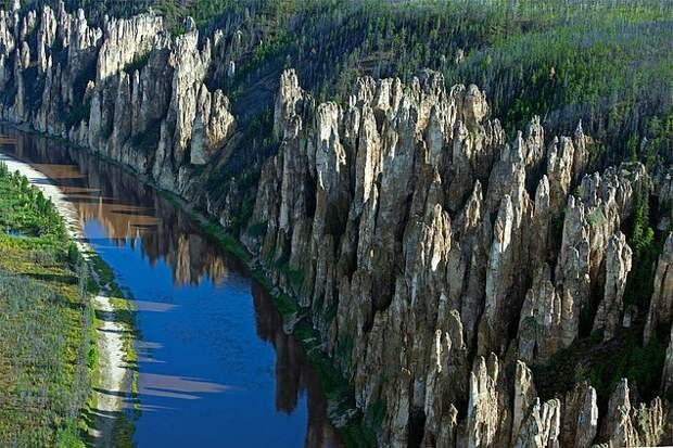 12. Ленские столбы Эти геологические образования расположены вдоль реки Лены, в Якутии, близ Хангалского улусья. На склонах скал расположено большое количество пещер, в которых имеются наскальные рисунки, а на самой территории национального парка были обнаружены останки мамонтов, носорогов и бизонов. Необычные природные достопримечательности и поразительные находки на территории заповедника послужили причиной того, что Ленские столбы были включены ЮНЕСКО в Список Всемирного наследия.