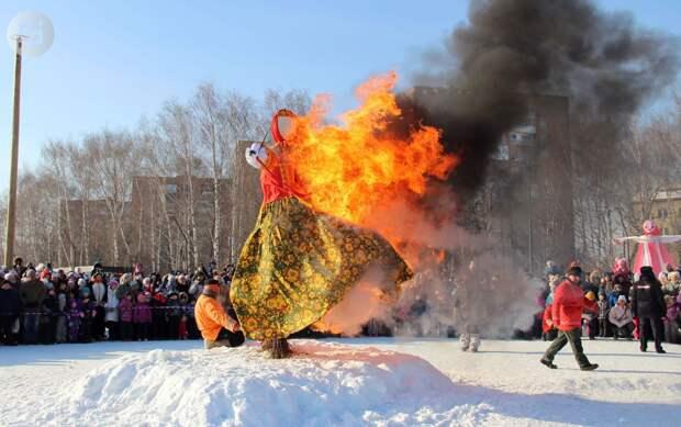 Чучело Масленицы сожгли на Центральной площади Ижевска