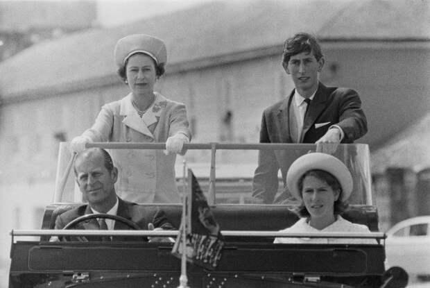 Принц Чарльз обнародовал редкое семейное фото с принцем Филиппом