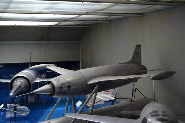 Экспериментальный самолет Ледюк 0.10, который был построен фирмой «Бреге» и совершил первый планирующий полет в 1947 г. «Бочка» фюзеляжа служила одновременно и корпусом его прямоточного воздушно-реактивного двигателя. Интересно выглядят наплывы на крыле, которые «войдут в моду» много позже – в конце 70-х годов. Но это не то, что Вы думаете. Вряд ли Рене Ледюк собирался с их помощью строить вихревое обтекание крыла – он просто надеялся (и совершенно необосновано) включить в систему создания подъемной силы значительную часть фюзеляжа в зоне крыла. Но такой «фокус» работает только в случае киля из-за особенностей обтекания тела фюзеляжа круглого сечения воздушным потоком.