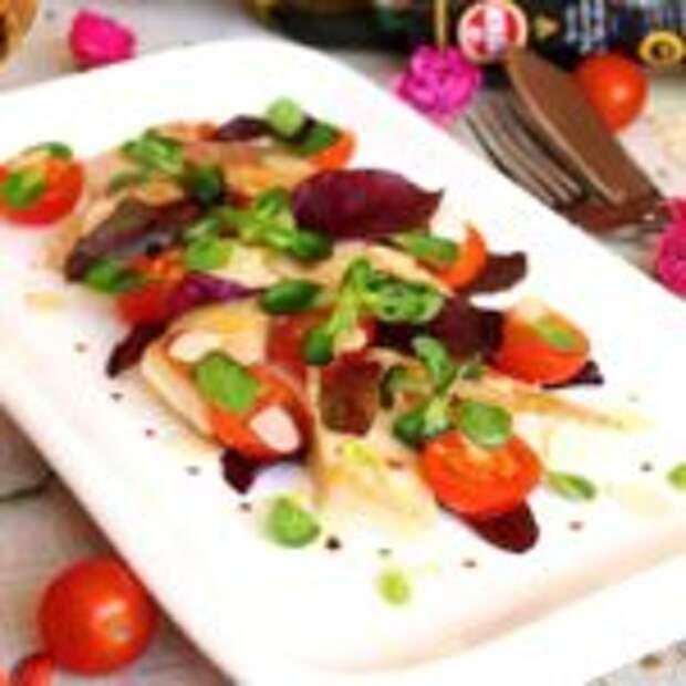 Паровая тилапия с помидорами черри и салатным миксом.