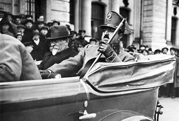 Король Афганистана Аманулла-хан во время визита в СССР. Слева — председатель Президиума Центрального Исполнительного Комитета СССР Михаил Калинин. Москва, май 1928 года