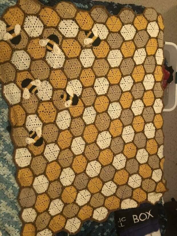 """31. """"У моей маленькой племянницы будет комната, оформленная в пчелином стиле, и я связала для нее покрывало"""""""