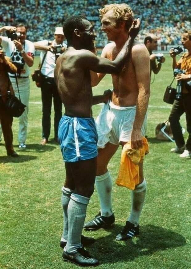 Пеле и Бобби Мур после матча, в котором Бразилия победила Англию, 1970 год. история, ретро, фото
