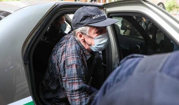 Попавший в реанимацию с инсультом Ефремов замечен в инвалидной коляске