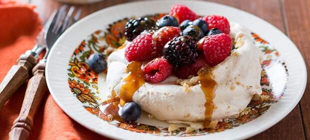 Десерт Павлова с карамелью