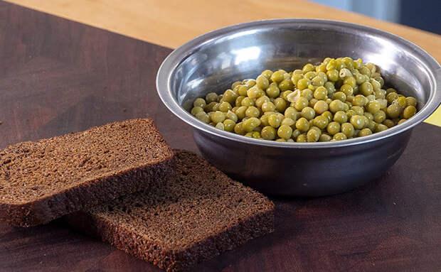 Превращаем зеленый горошек в ресторанную намазку. Смешиваем с мягким сыром, зеленью и его уже не узнать