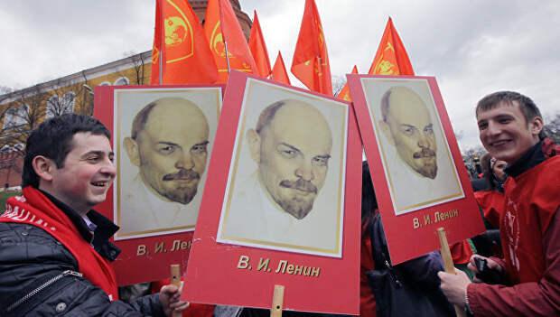 Участники акции на Красной площади во время церемонии возложения цветов и венков к мавзолею В.И. Ленина. Архивное фото