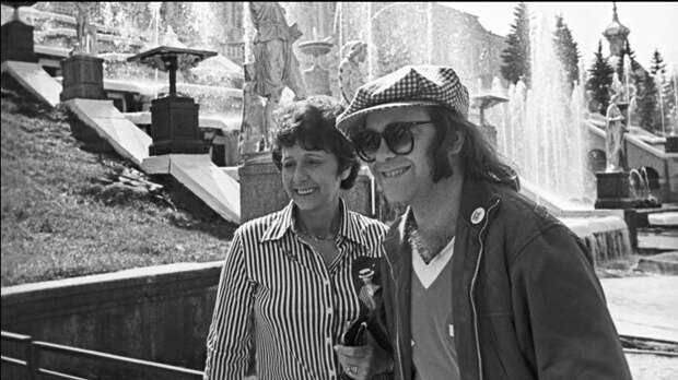 Элтон Джон в Петергофе вместе с мамой, 1979 год. / Фото: www.pastvu.com