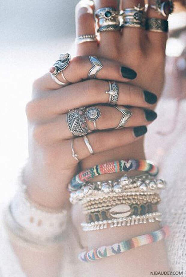 Можно ли носить более трех колец одновременно?