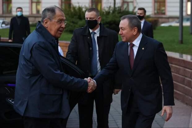 Сергея Лаврова встречает глава белорусского МИД Владимир Макей, которого считают самым большим прозападником в окружении Лукашенко