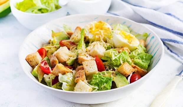 Салат цезарь с курицей, яйцами и авокадо