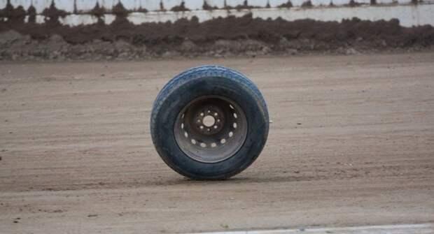 От пикапа прямо во время движения сбежало колесо