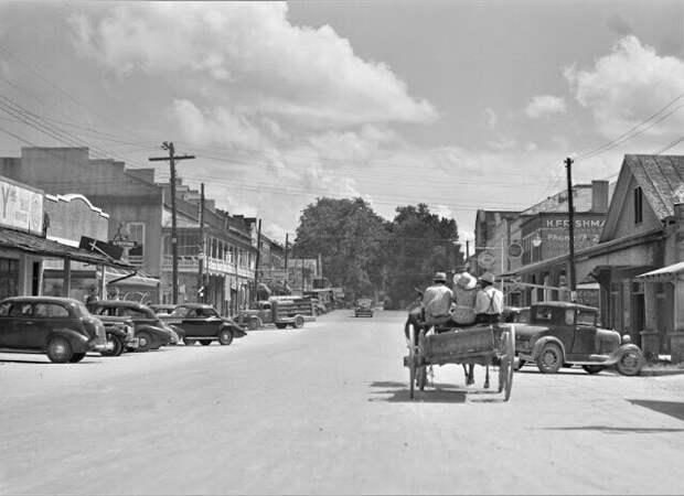 Уличная сценка в Порт-Гибсоне, штат Миссисипи, август 1940 года