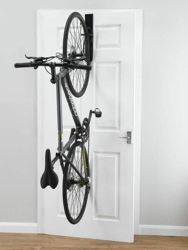 Удобно ли на двери, не знаю, но все может быть Фабрика идей, велосипед, гениально, интересное, сделай сам, хранение