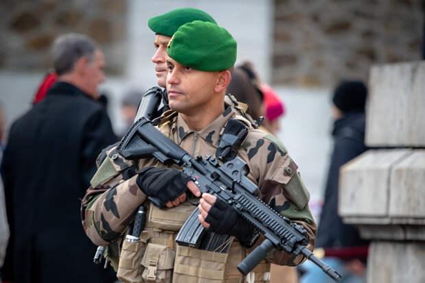 Военные Франции поддержали предупредивших о распаде страны генералов