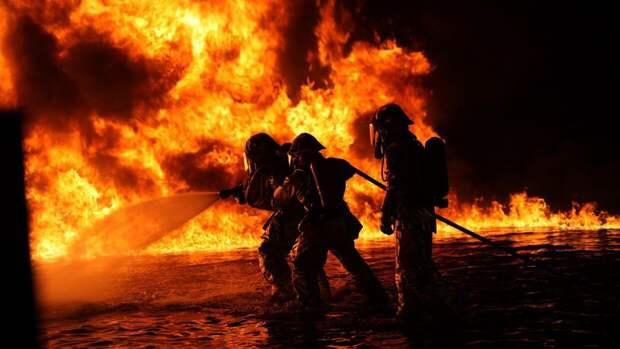 Крупный пожар произошел на бетонном заводе под Петербургом