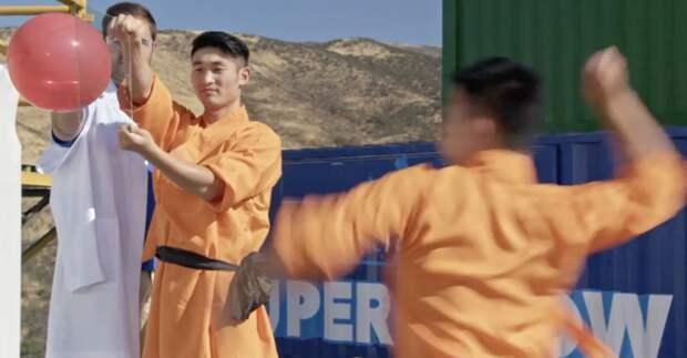 Шаолиньский монах пробил иголкой стекло в прямом эфире