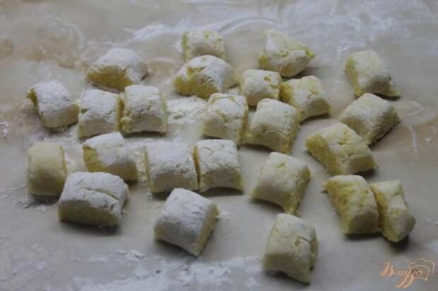 Фото приготовление рецепта: Картофельные ньокки с салом и луком шаг №5