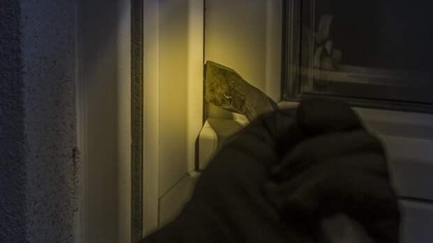 Вор украл из квартиры пожилого петербуржца свыше 350 тыс. рублей